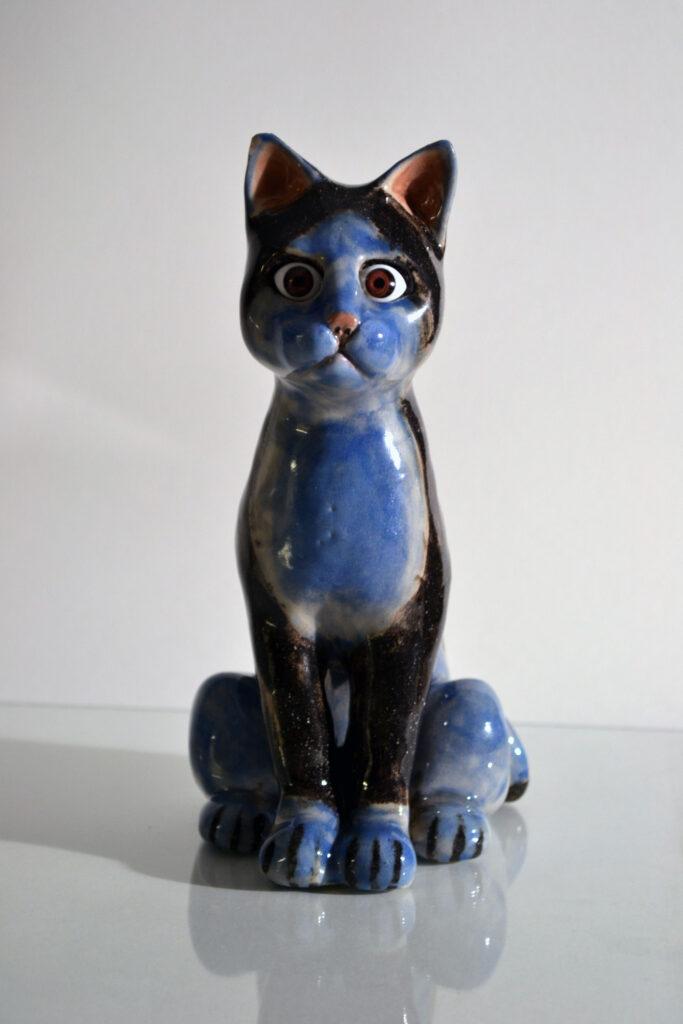 Vinst skapad av konstnär Emanuel Bylund till Våga Se - Konst konstlotteri 2020. Skulptur 'Observer' (blue cat). Glaserat stengods, 20x13 cm