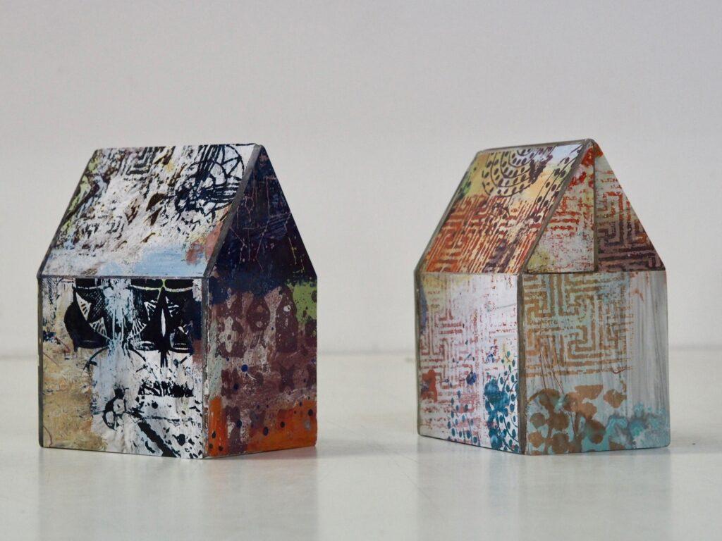 Skultpurer 'INOM-hus' skapade av konstnär Lotta Söder. Går att välja för medlemar med dubbelt medlemskap i Våga Se - Konst.