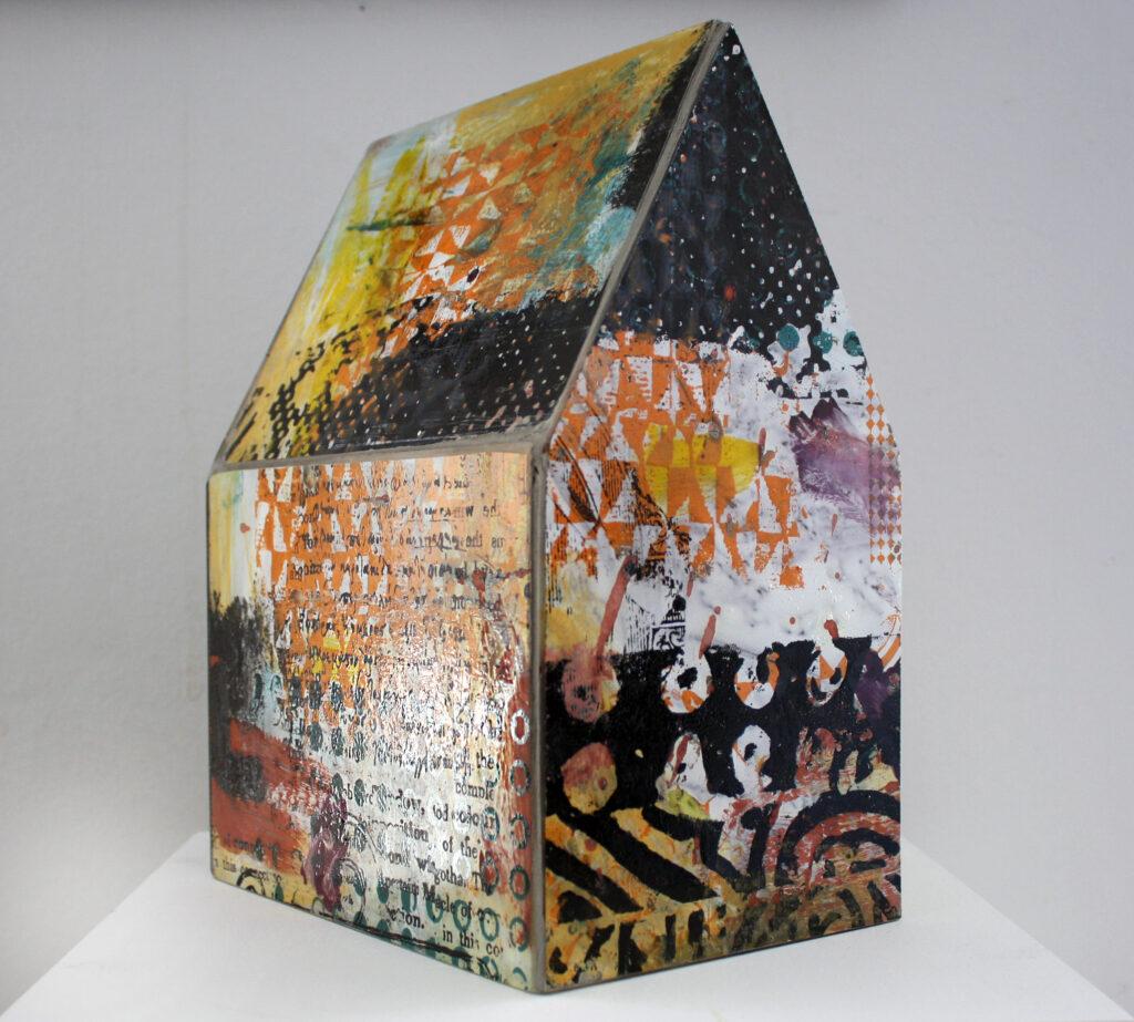 Högvinst i Våga Se - Konst konstlotteri 2020. Konstnär Lotta Söder, skulptur 'INOM-hus'. Målat, screentryckt glas bränt i glasugn, monterat på stomme av trä. Ca 20x16x28 cm